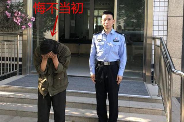 """郑州:男子篮球架下的""""黑手"""" 趁人不备偷窃手机"""