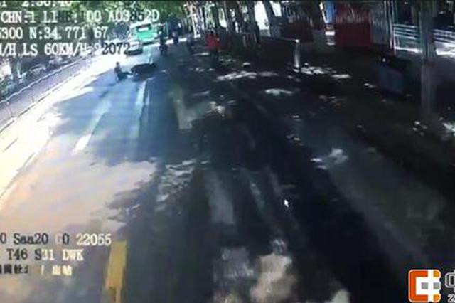 马路中六旬老人摔倒无助 郑州公交车长暖了整条街