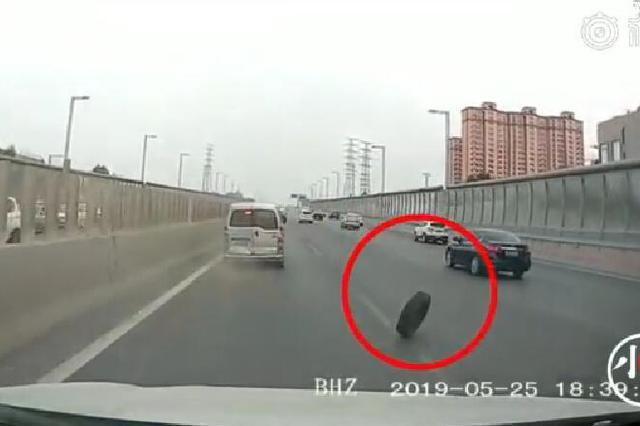 郑州一面包车行驶中车轮飞出 后车鸣笛惊出一身冷汗
