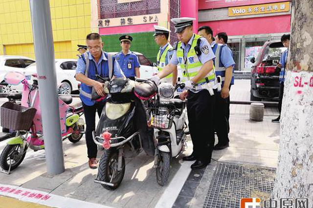郑州嵩山路乱停放一律拖走 农业路集中整治交通乱象