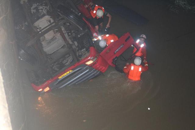 信阳一空载货车从桥上掉入河内 驾驶员被卡车内溺亡