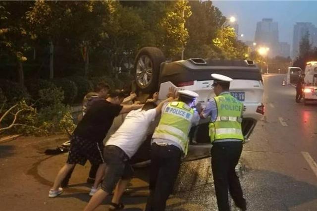 郑州越野车冲进绿化带侧翻 女司机意识模糊达到醉驾