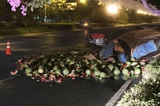 险! 凌晨郑州一奥迪撞翻故障瓜车 幸好瓜农没在车上