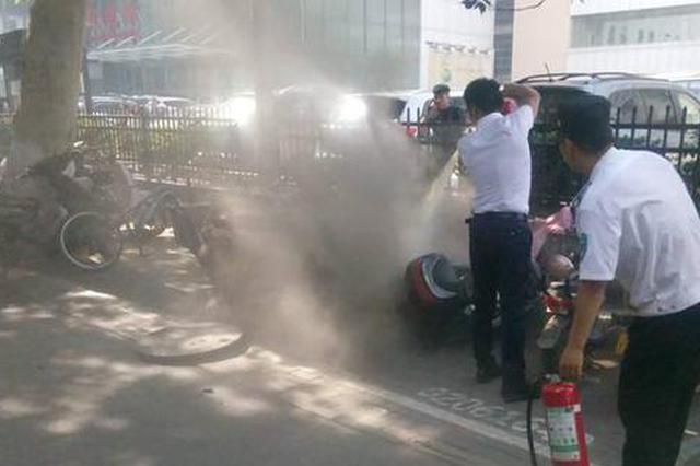 郑州一人行道窨井盖突然被炸飞 井下蹿起火苗