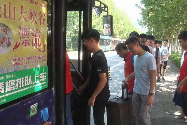 """郑州大学城现""""定制专列"""" 学子返乡不用挤爆公交了"""