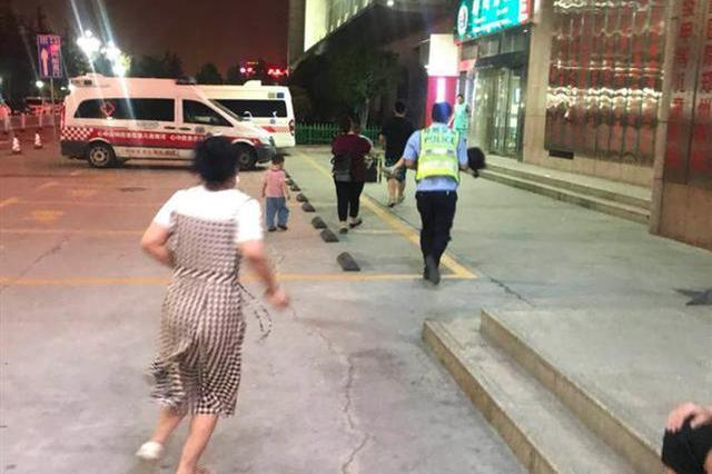 四岁娃高烧神志不清 郑州交警抱起孩子变身奔跑哥