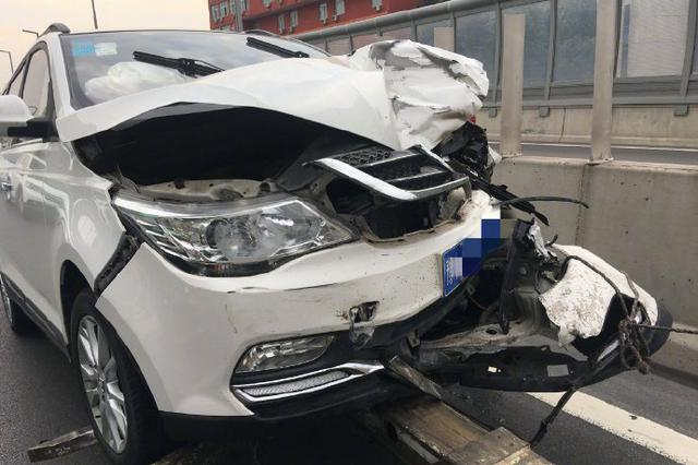 清晨郑州陇海高架两车追尾 堵坏上班族