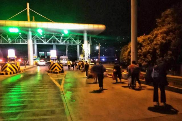 农民工半夜遭甩客 河南高速收费站工作人员找车护送