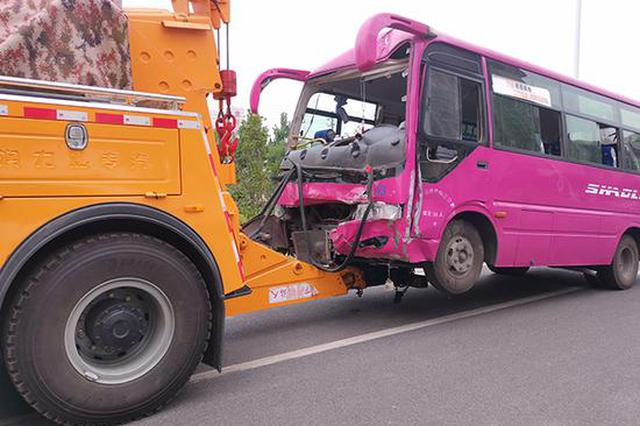 新密一公交车失控撞上铁塔致10人伤 疑因抢客飙车