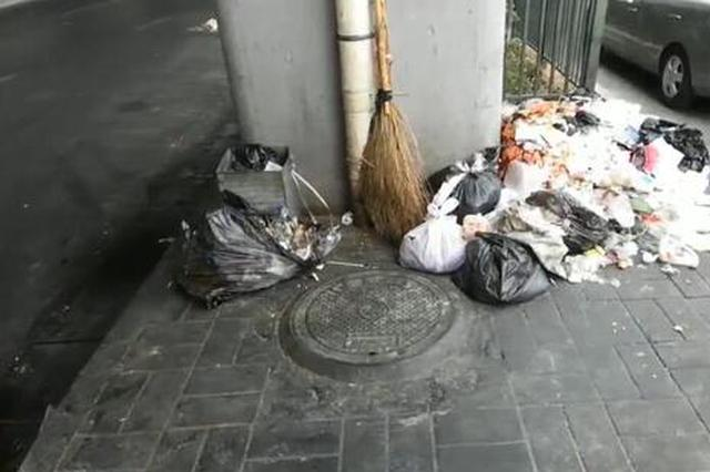 """郑州一公交站变垃圾站 乘客吐糟""""无法呼吸"""""""