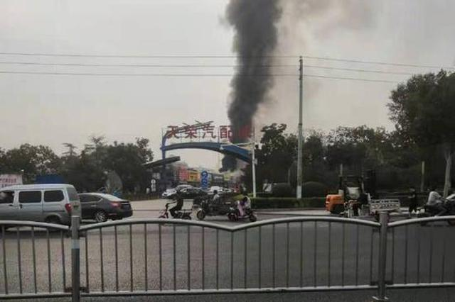 郑州花园路上疑似一汽配城着火 远处可见黑烟滚滚