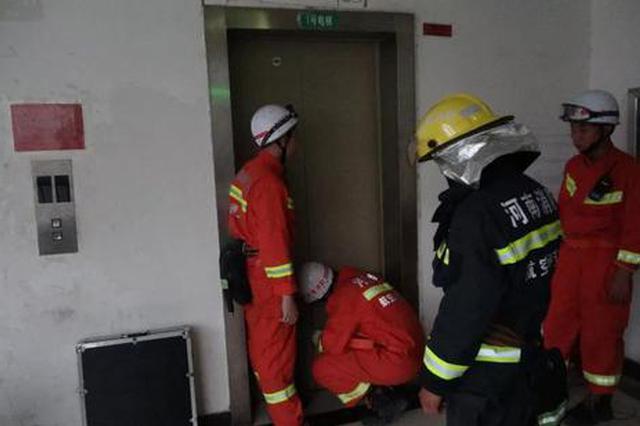 郑州:狭小电梯21人被困 电梯被卡该如何自救