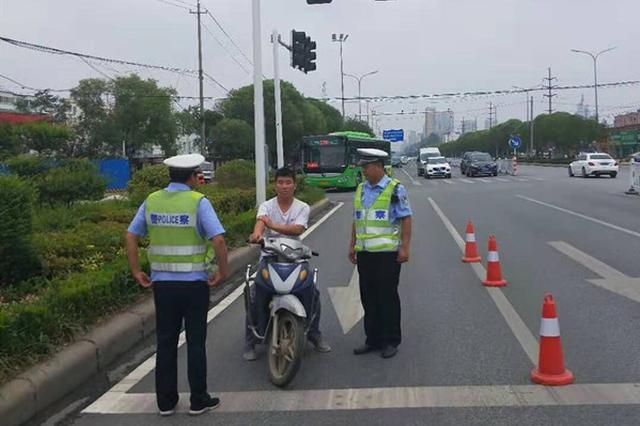 朋友轿车被查漯河男子旁观 结果该男子被拘留加罚款