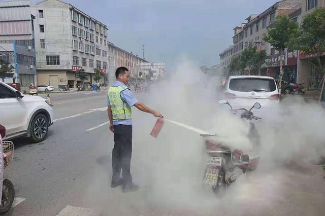 电动车街头自燃 郸城交警紧急灭火