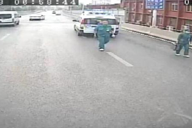 郑州一男子满脸是血躺在快车道 路过一车乘客出手了