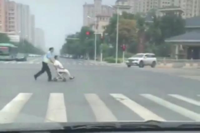 郑州老人过马路行动不便 机智交警小推车推老人过路口