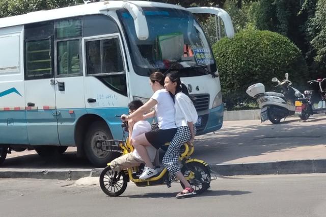 考虑过车的感受吗!新密仨人骑到一辆共享单车身上
