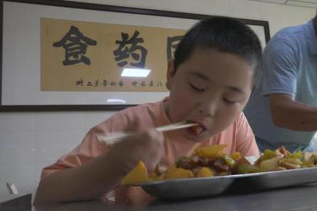 """河南""""增肥救父""""男孩陪父赴京治疗 称救完爸爸好好上"""