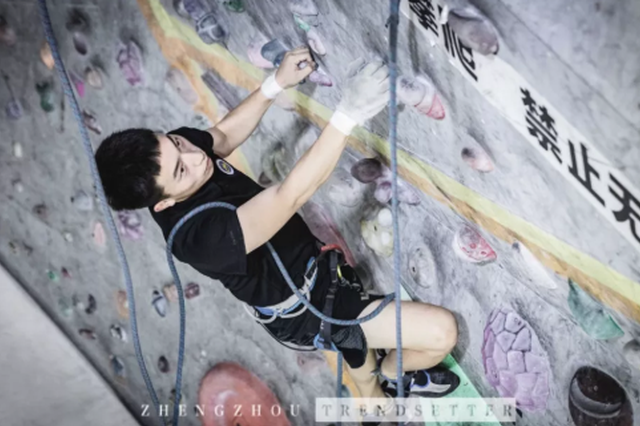 潮妹攀岩初体验!小仙女秒变男友力MAX大爆发,挑战不一样的自