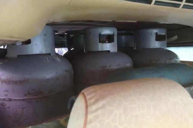 """郑州一面包车车头前翘 车厢内暗藏27个""""定时炸弹"""""""