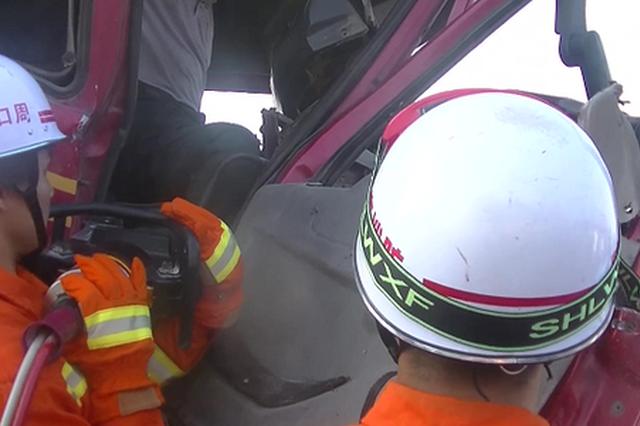 危急!两车相撞1人被困 周口消防紧急救援