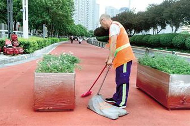"""你看到的整洁美丽 是郑州""""扫街人""""用汗水在坚守"""