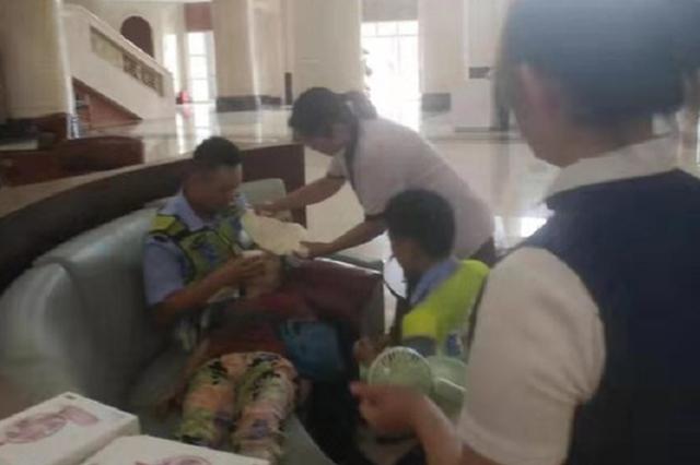 高温中郑州85岁老人突然昏厥在地 协警及时救助