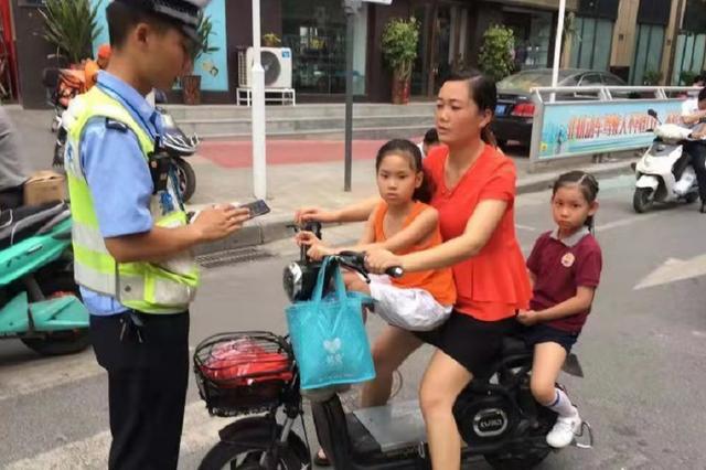 郑州电动车上好多小萌娃 为了安全要不得
