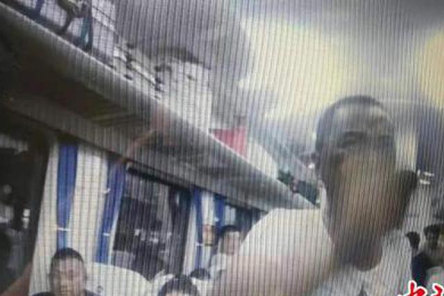 """郑州:高喊""""来铐我啊""""醉酒男子大闹列车被拘10日"""