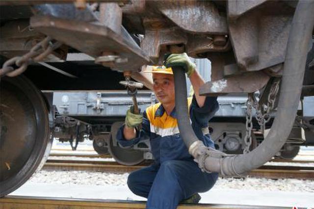 """探访瓦日铁路上的""""护龙人"""":每天沿火车走马拉松"""