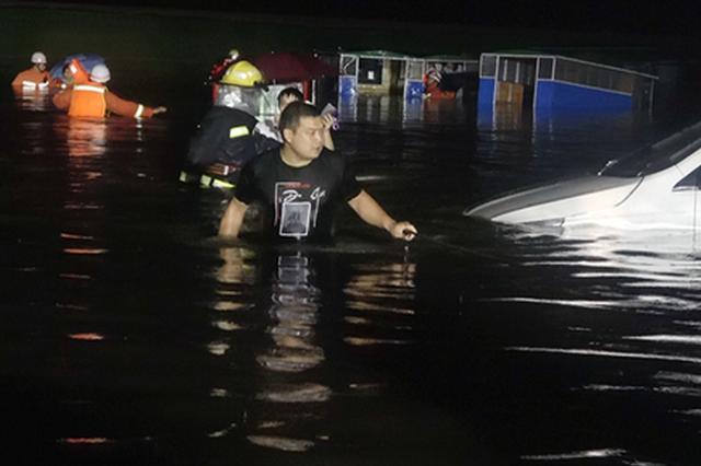 鄭州港區一路面積水齊腰深 近兩百名被困群眾獲救援