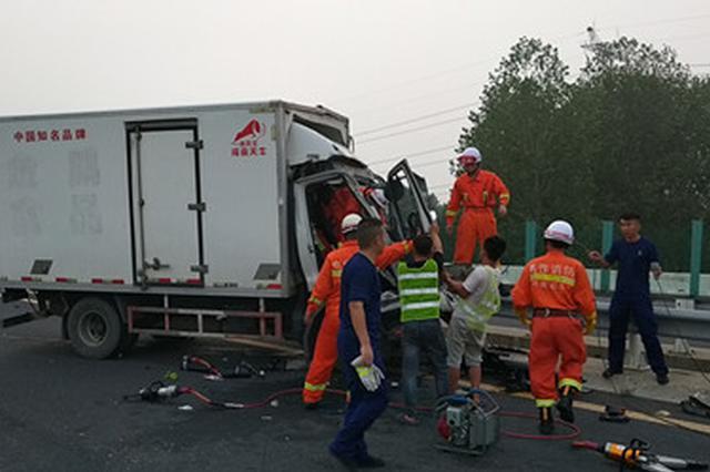 貨車追尾兩人被困 焦作消防緊急救援