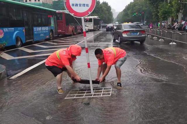 冒雨安裝警示牌 徒手打撈雜物 鄭州這群人值得點贊