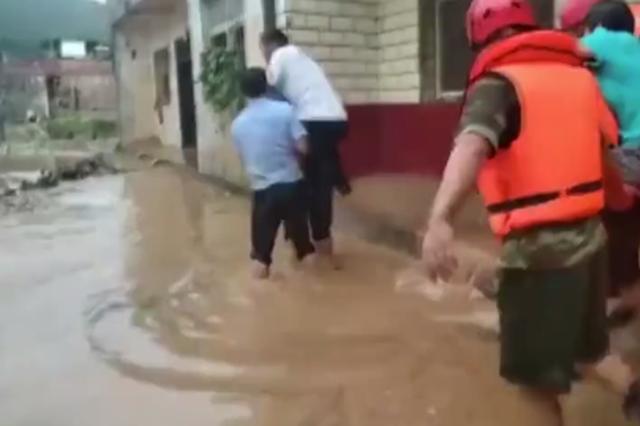淅川河水上漲圍困村莊 南陽消防民警合力救助被困群眾