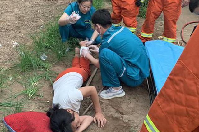 惊险!农妇被钉耙扎穿小腿 焦作消防救援