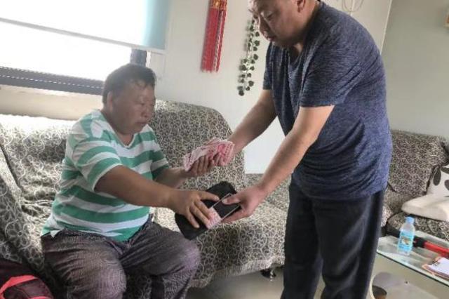 女乘客丢万元救命钱嗷嚎大哭 郑州公交车长帮找回