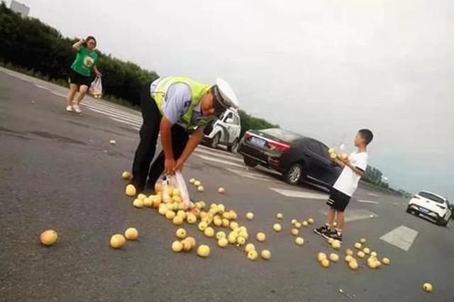 苹果洒落国道上 焦作武陟交警及时赶到帮忙捡起