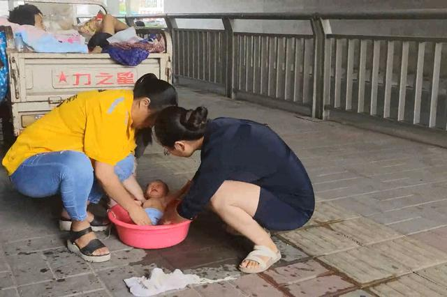 鄭州未滿半月女嬰隨父母流浪 好心市民發現后聯手救助