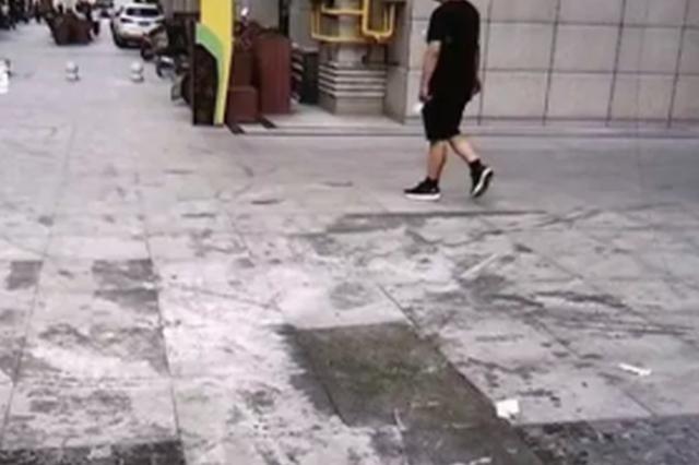 郑州男童摔倒后烧伤一身泡 亚星商业街:临时工干的