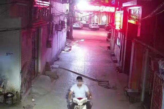 开封男子凌晨持电棒抢劫女子 买东西被监控拍下正面照