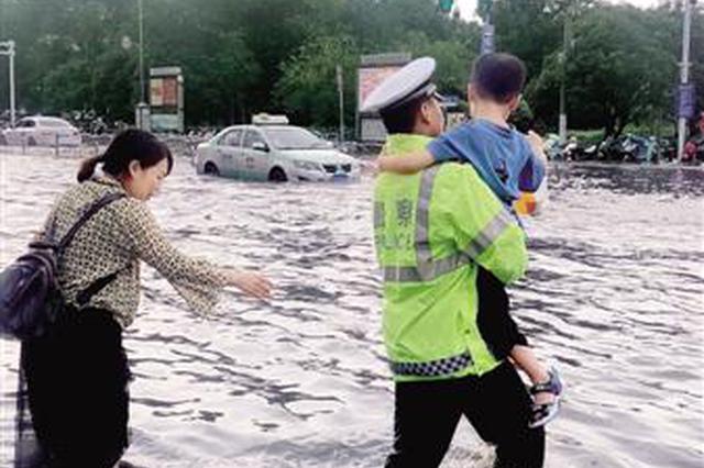 郑州:最美逆行者 雨中保平安(图)