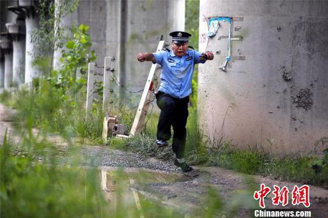 高温下的郑州巡线铁警:每天行走16公里(图)