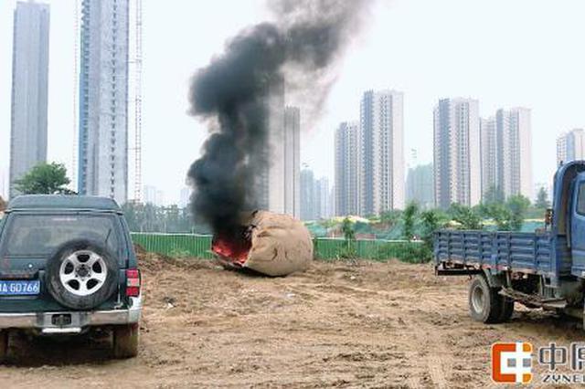 郑州一安置区工地废弃油罐切割起火 造成浓烟污染