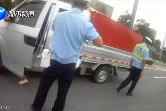 """核载5人实载21人!洛阳女货车司机成年度""""超载王"""""""