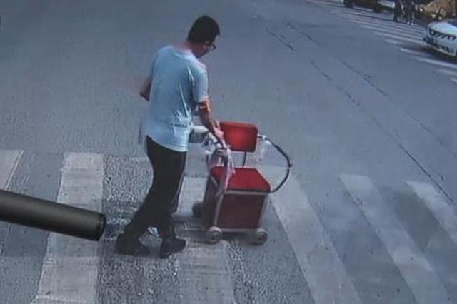 """郑州公交车司机""""横车挡路"""" 下一秒路人竖起拇指点赞"""