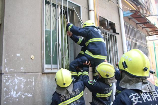 七旬老人晕倒卫生间内 安阳消防破窗救人