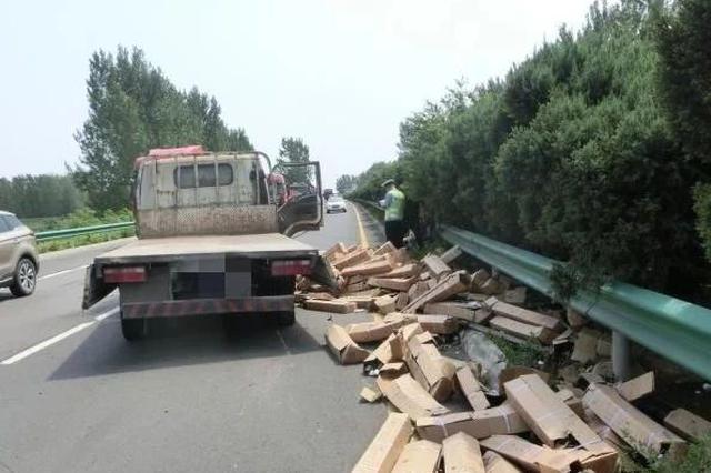 漯河:货车高速突爆胎撞向护栏 副驾男子被甩出车外