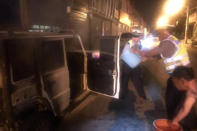 漯河一辆新能源汽车半夜着火 民警紧急扑救
