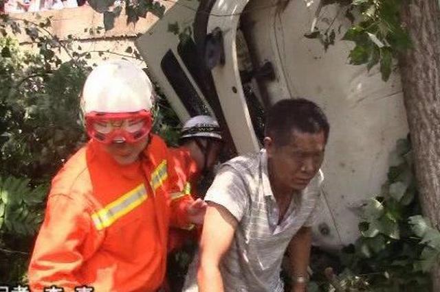 鲁山一水泥罐车爆胎导致翻车 司机被困车内情况紧急