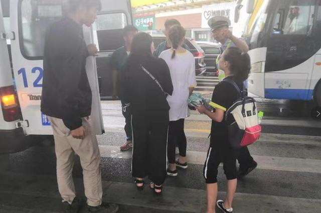 """郑州隔离桩绊倒孕妇 交警用身体当""""警示标志""""提醒"""